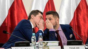 Grudzień 2017 r. Sebastian Kaleta naradza się z Patrykiem Jakim podczas obrad komisji weryfikacyjnej w sprawie przejęcia kamienicy przy ulicy Noakowskiego w Warszawie.