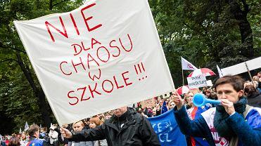 Protesty w sprawie reformy edukacji. ZNP i rodzice uczniów wyszli na ulice Krakowa