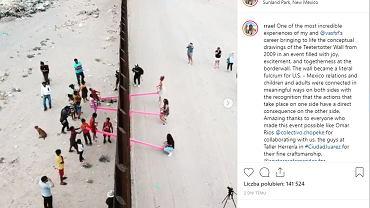 Różowe huśtawki umożliwiają zabawę dzieciom z USA i Meksyku