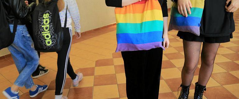 """Ranking szkół najbardziej przyjaznych osobom LGBTQ+. """"System nie nadąża za tym, co dzieje się na korytarzach i w klasach"""""""