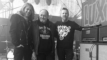 Adam Laboga (w środku) z muzykami Luxtorpedy