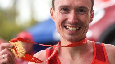 Artur Kozłowski, niespodziewany zwycięzca Orlen Warsaw Marathon. Nowy mistrz Polski w niezwykle efektowny sposób najpierw doścignął czołówkę, a później zdecydował się na samotny finisz, przekraczając metę w czasie 2:11:56!