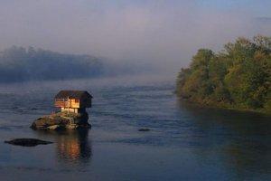 Wiktoriański pałac na kółkach? Chatka na środku rzeki? Oto najdziwniejsze i najbardziej zaskakujące domy na Ziemi