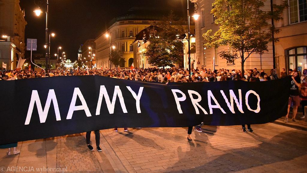 Warszawa, pl. Krasińskich , Sąd Najwyższy. Demonstracja przeciw zmianom ustawy o sądach (fot. Franciszek Mazur/AG)