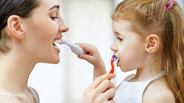 Chipsy, krakersy i cukierki. Co jeszcze szkodzi zębom? Obsesyjne mycie