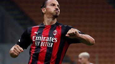 Zlatan Ibrahimović z  Milanu celebruje gola wbitego w meczu z Bologną