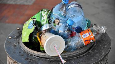 Kaucja na butelki PET pomoże walczyć z plastikowymi śmieciami? Ekspert podpowiada: Powinno się wprowadzić nowe podatki
