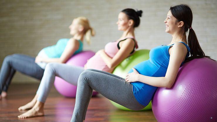 Ćwiczące kobiety w ciąży / fot. Shutterstock