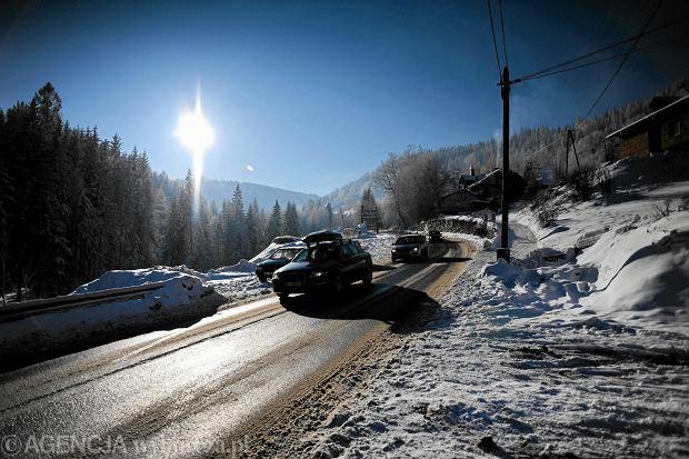 W zimie każdego dnia przez Szczyrk przejeżdżają tysiące samochodów
