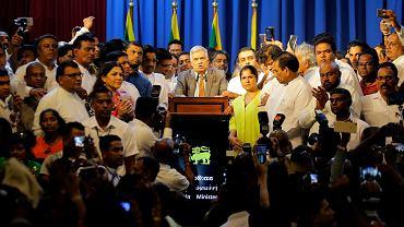 Ponownie zaprzysiężony premier Sri Lanki Ranil Wickremesinghe pośród swoich zwolenników.