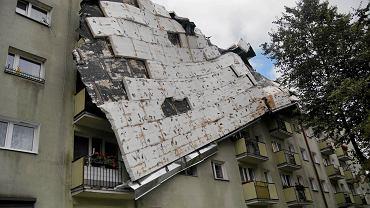 Zerwany dach w bloku przy ul. Okrzei w Bydgoszczy