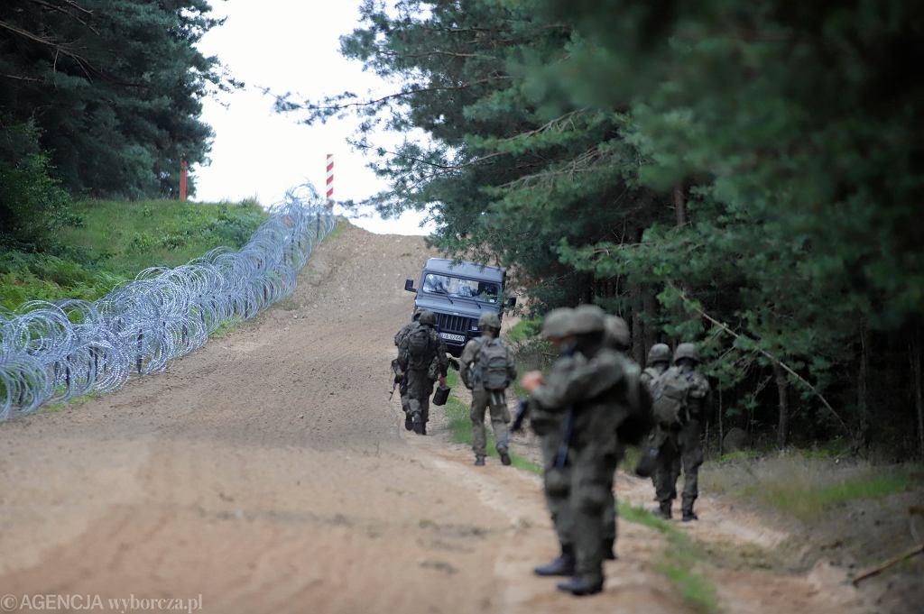 Polscy żołnierze rozstawieni na granicy na potrzeby konferencji prasowej ministra Mariusza Błaszczaka