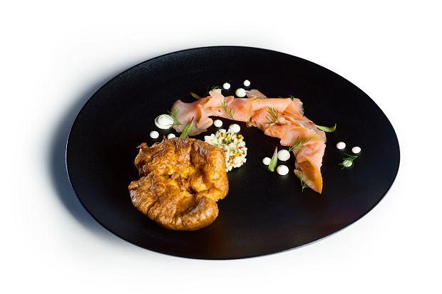Pudding Yorkshire z wędzonym łososiem, tatarem z jabłka i cr?me fraiche z ziołami