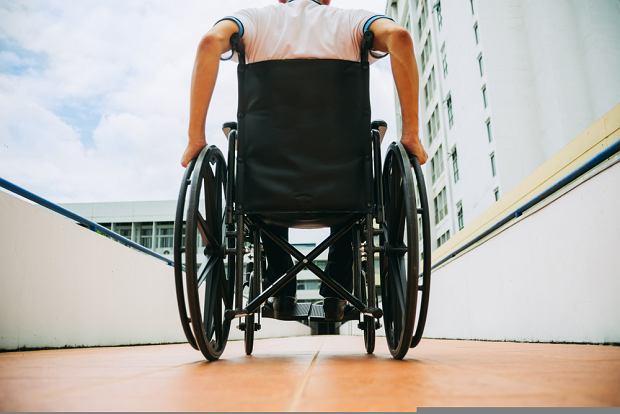 Są osoby, które opłacają opiekunów, ponieważ są aktywne zawodowo i nie mają czasu, albo też dlatego, że taka opieka ich przerasta (fot. Shutterstock)