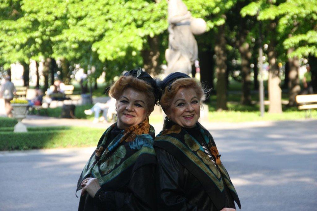 Lonia (z lewej) i Bronia w Ogrodzie Saskim