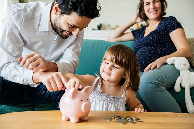 Ile na dziecko w 2020 roku? 500 plus to niejedyne świadczenie, jakie rodzicom oferuje państwo