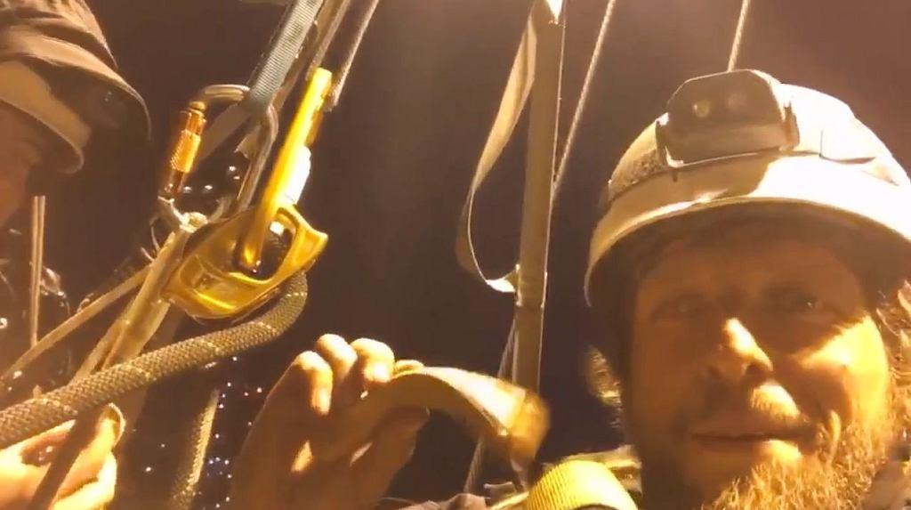 Aktywiści Greenpeace podczas nocnej akcji na dźwigu w Gdańsku