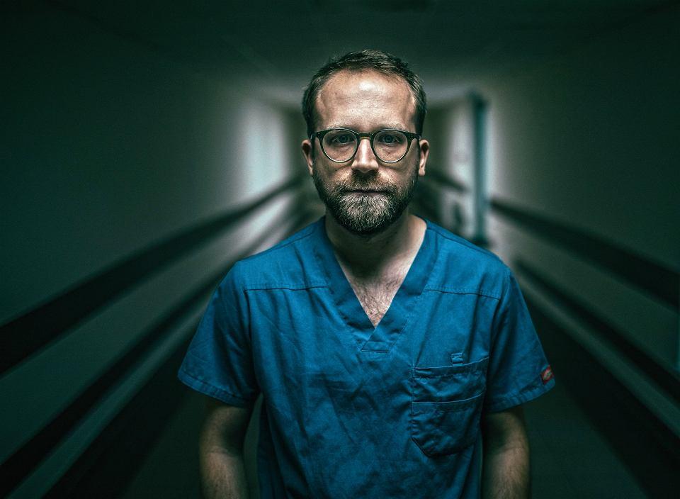 Maciej Latos, pielęgniarz: Pacjenci myślą w pierwszej chwili, że jestem lekarzem