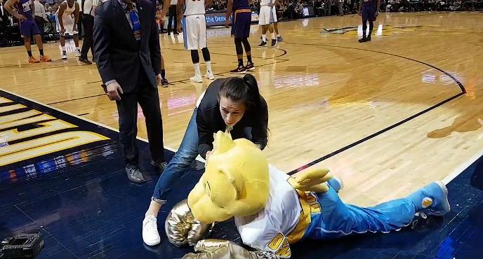 Joanna Jędrzejczyk nokautuje maskotkę Denver Nuggets