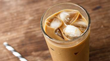 Kawa mrożona kojarzy się większości z nas ze zmyślnymi koktajlami, miksturami, które serwują nam duże kawiarnie.