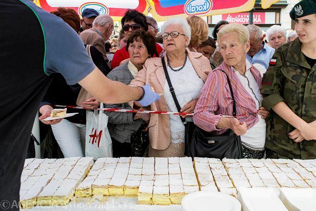 Zdjęcie numer 0 w galerii - Papieska kremówka na rzeszowskim Rynku. Przyszedł prezydent Tadeusz Ferenc [GALERIA ZDJĘĆ]