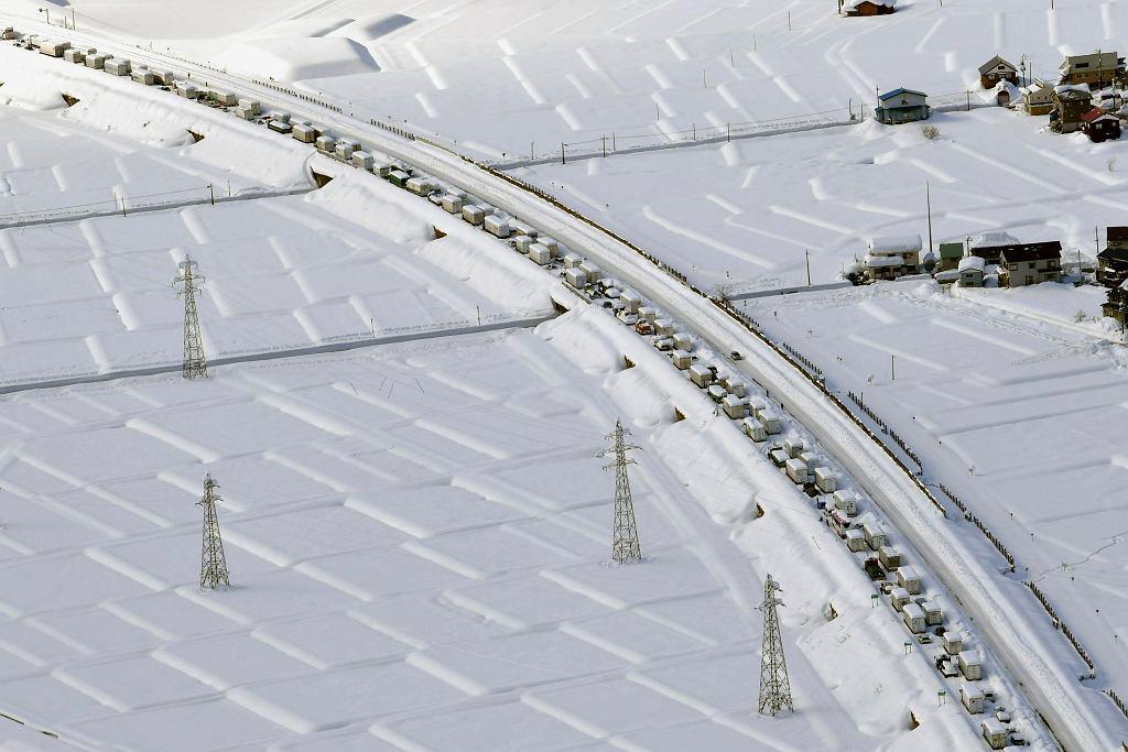 Japonia. Samochody utknęły w ogromnym korku.
