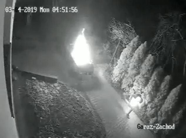 Będzin. Mężczyzna, który podpalił samochód, stanął w ogniu