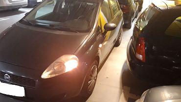 Auto zastawiło samochody na parkingu w Millenium Hall