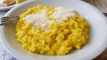 Risotto to ryż przygotowywany z gęstym sosem z bulionu, masła i parmezanu oraz dowolnymi dodatkami