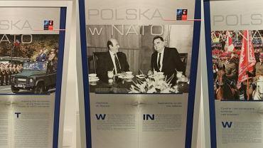 Plansze z wystawy ''Polska w NATO'', którą MON rozstawiło na Stadionie Narodowym, gdzie odbywał się szczyt NATO
