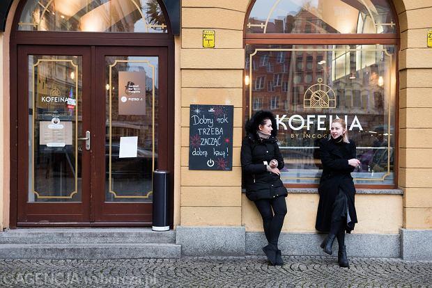 Zdjęcie numer 32 w galerii - Tłumy na Rynku we Wrocławiu. Spacery z jedzeniem na wynos i puszczanie baniek