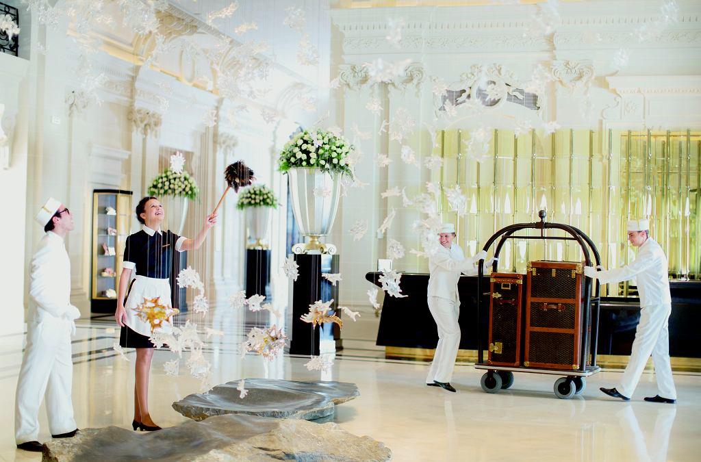 W 5-gwiazdkowym hotelu personel powinien nosić jednolite stroje.