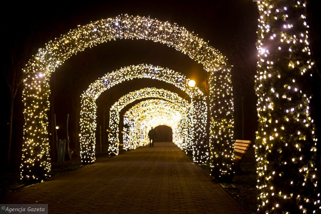 W tym roku wiele miast na Śląsku i w Zagłębiu przygotowało się do świąt Bożego Narodzenia. Mienią się świąteczne iluminacje w Katowicach [<a href=' http://katowice.wyborcza.pl/katowice/5,35019,19320906.html' title='Iluminacje Katowice'> ZOBACZCIE ZDJĘCIA >>></a>], ale nie tylko. Zobaczcie świąteczne ozdoby, które ozdobiły place i ulice naszych miast. <br> W tym roku piękne iluminacje świąteczne można oglądać w Gliwicach. Na zdjęciu świetlny tunel w przy placu Grunwaldzkim.