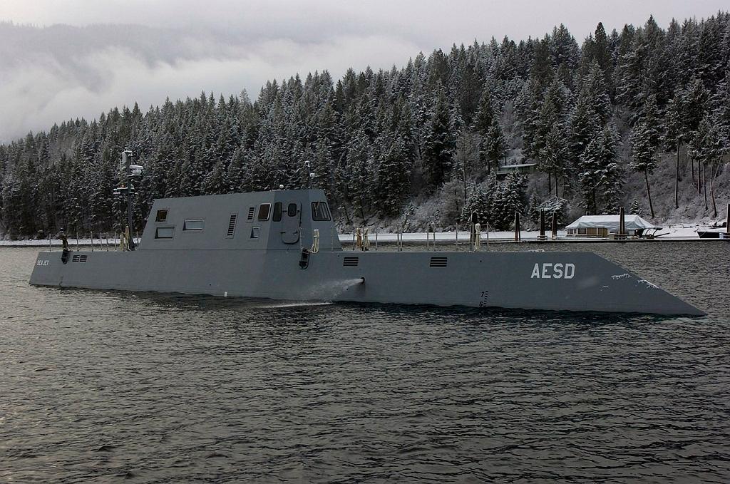 Pomniejszony do 25 procent model przyszłego niszczyciela typu Zumwalt podczas testów prowadzonych przez inżynierów z Carderock w filii ich centrum badawczego na jeziorze w Idaho