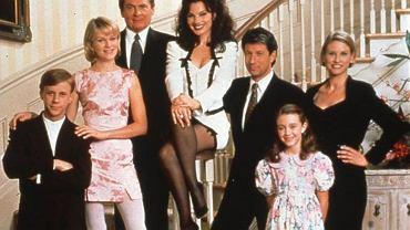 Serial 'Pomoc domowa' w latach 90. święcił triumfy i bawił widzów do łez. Był tak popularny, że doczekał się nawet kilku zagranicznych wersji, w tym polskiej. Swój sukces zawdzięczał przede wszystkim fenomenalnej obsadzie. Dla wielu aktorów odtwarzających główne role serial ten stał się początkiem wielkiej kariery. Jak teraz wyglądają i czym się zajmują? Fran Drescher nadal jest w świetnej formie, ale to nie ona zmieniła się najbardziej. Zajrzyjcie do naszej galerii!