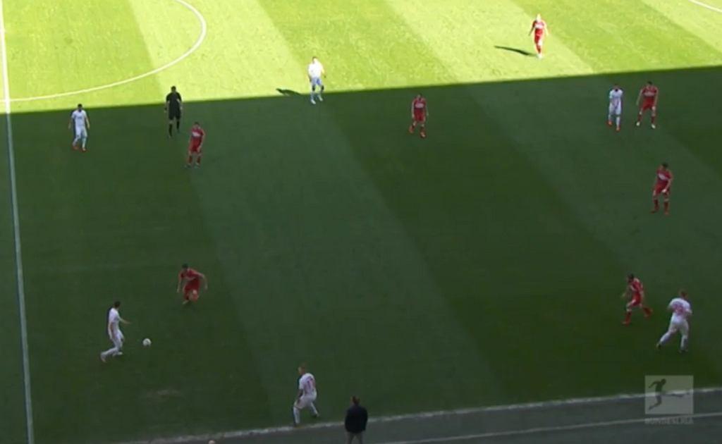 Augsburg z przewagą 3 na 2 na skrzydle. Po akcji trójkowej i wyjściu na wolne pole wrzutka w pole karne kończy się bramką.