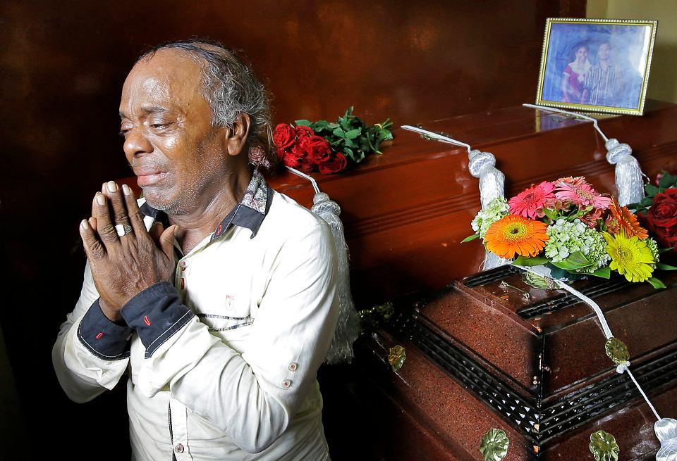 Baby Joseph Gomes opłakuje członków rodziny, którzy zginęli w zamachu terrorystycznym w Kolombo, 23 kwietnia 2019 r.