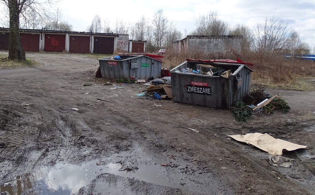 Wyglądem tej drogi zmieszane są nawet śmieci