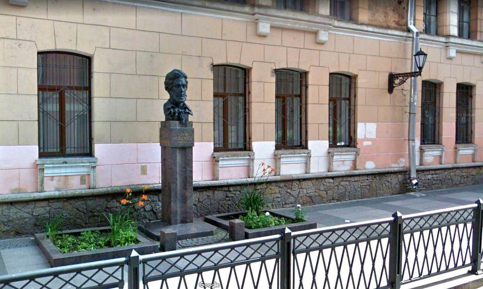 Granitowe popiersie Adama Mickiewicza przed szkołą jego imienia w Petersburgu.