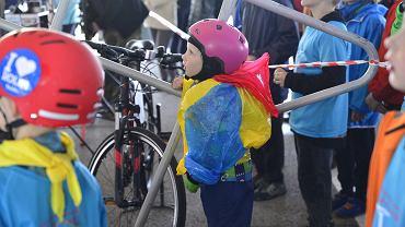To był już 46. Bielski Rodzinny Rajd Rowerowy. Mimo okropnej pogody wzięły w nim udział całe rodziny. Odbywające się dwa razy w roku rodzinne rajdy rowerowe to jedna z najpopularniejszych imprez sportowo-rekreacyjnych w Bielsku-Białej. W niedzielę na starcie 46. rajdu stawiło się wiele osób, nie zabrakło prezydenta miasta Jarosława Klimaszewskiego. Tradycyjnie peleton wystartował sprzed bielskiego ratusza. Trasa 46. rajdu miała około 30 kilometrów długości. Sprzed ratusza uczestnicy przejechali na półmetek do Bystrej. W drugim etapie pokonali trasę na teren ZIAD w Bielsku-Białej, gdzie odbył się finał rajdu.