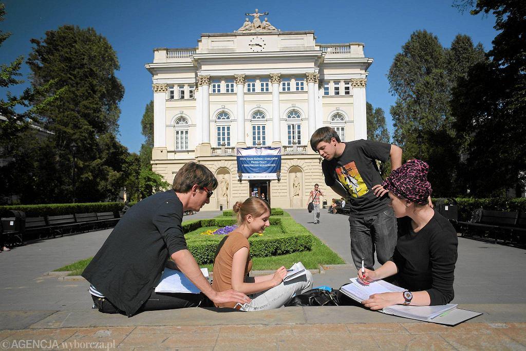 Studenci na kampusie UW, zdjęcie archiwalne