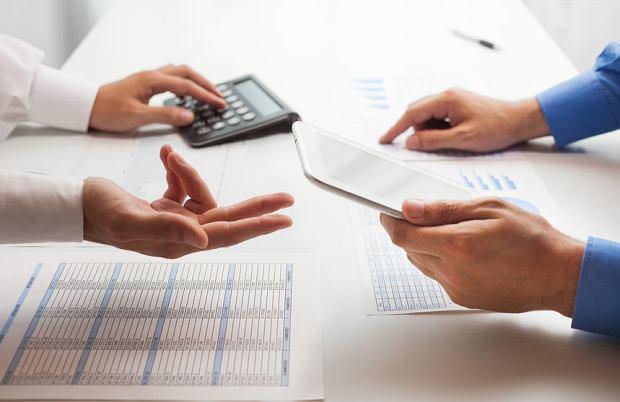 Podatki wg posła Abramowicza. Polacy będą zarabiać 30 proc. więcej? Nie. Zyskają najbogatsi, biedniejsi stracą