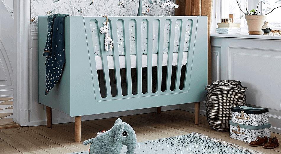 Proste w formie łóżeczko dla dziecka sprawdzi się w nowoczesnym wystroju wnętrza.