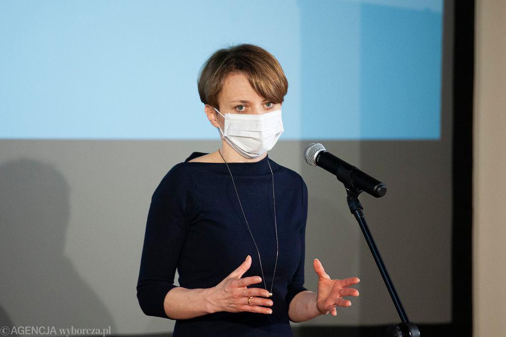 Wolontariuszka z punktu szczepień to Jadwiga Emilewicz. 'Mówią, że jestem podobna do pani poseł'