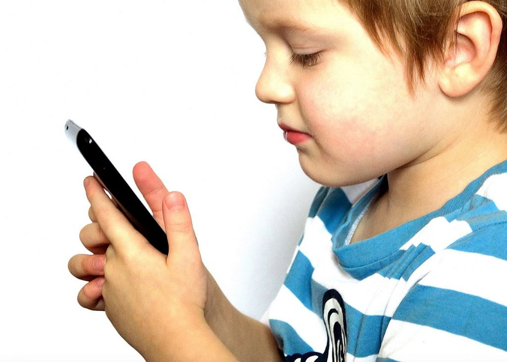 Kiedy dać dziecku pierwszy telefon?