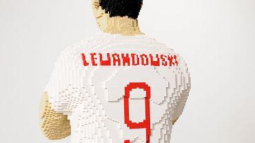 Figura Roberta Lewandowskiego wykonana w skali 1:1 w całości z klocków LEGO.