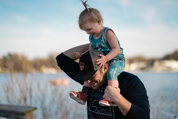 Mówiąc o partnerstwie w relacji rodzic-dziecko, chodzi o to, aby nie traktować dzieci w sposób lekceważący, nie ignorować sygnałów wysyłanych przez dziecko