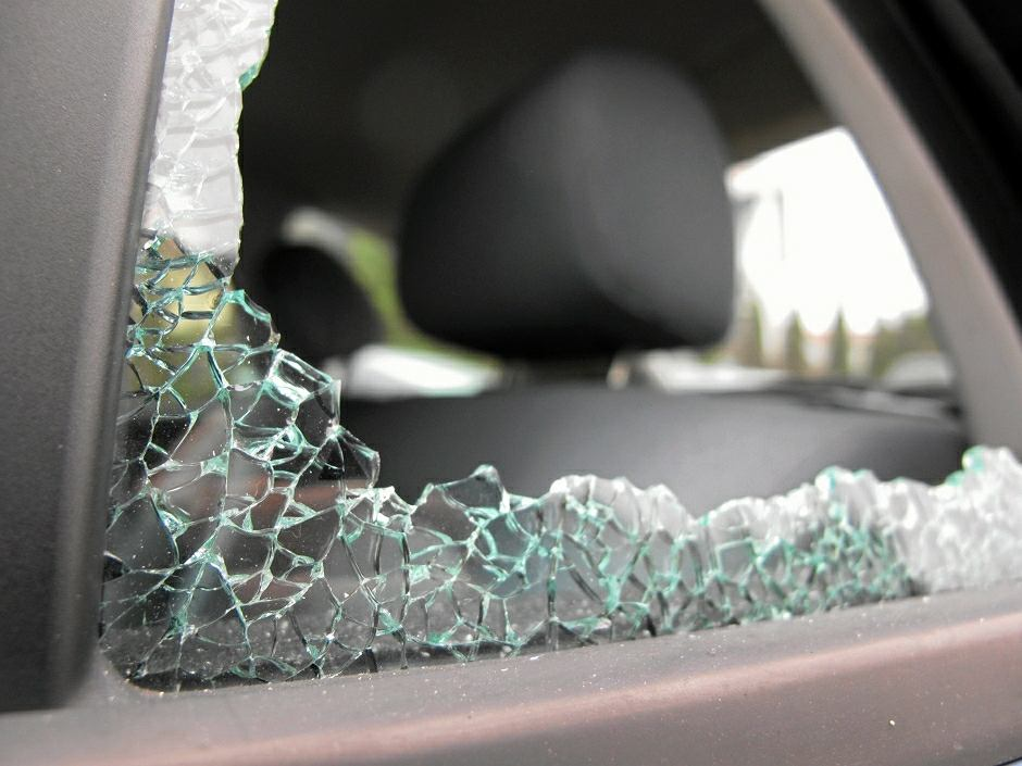 Wybita szyba w samochodzie - zdjęcie ilustracyjne