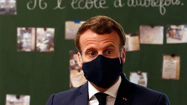Emmanuel Macron podczas wizyty w szkole na północy Francji.