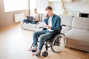 Opiekunowie osób niepełnosprawnych. Ile pieniędzy z zasiłku opiekuńczego i świadczenia pielęgnacyjnego?